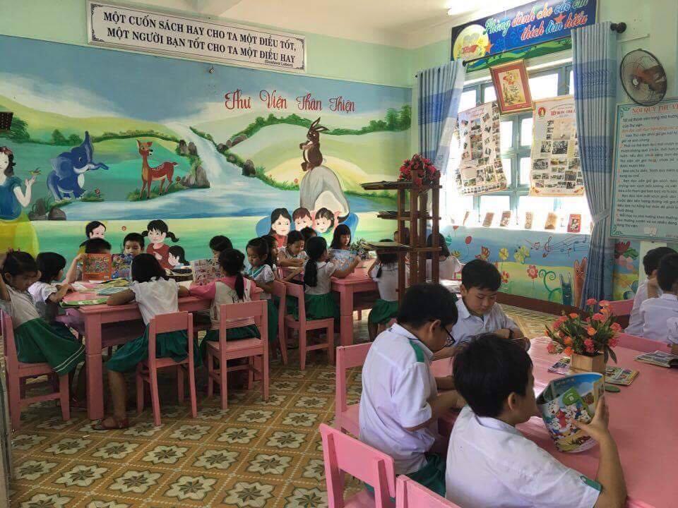 Học sinh Trường Tiểu học Nguyễn Văn  Trỗi đọc  sách ở Thư viện nhà trường.
