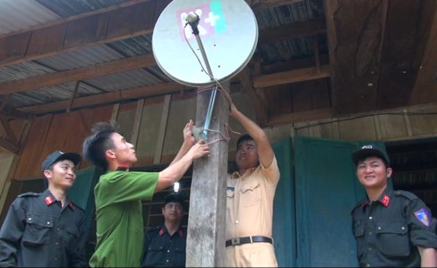 Thanh niên Công an tỉnh lắp đặt thiết bị điện