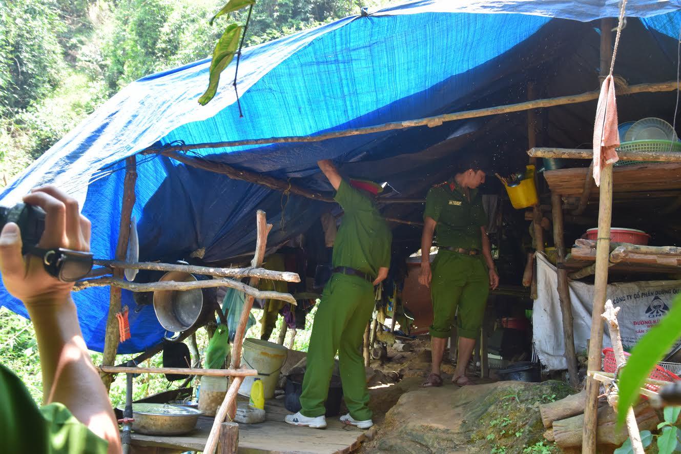 Lực lượng chức năng Công an huyện Phú Ninh truy quét, đốt phá máy móc của các đối tượng khai thác vàng trái phép - Ảnh: THẮNG DƯƠNG.