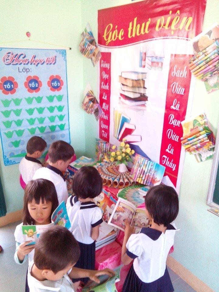 Học sinh Trường Tiểu học Ngô Quyền đọc sách ở góc thư viện của lớp học.