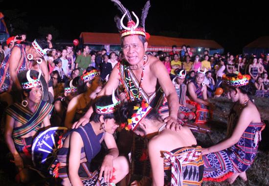 Già làng Bh'ling Hạnh trong một không gian tái hiện lễ cưới của đồng bào Cơ Tu. Ảnh: ALĂNG NGƯỚC