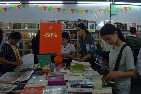 Nhiều ấn phẩm được giảm giá đến 50%