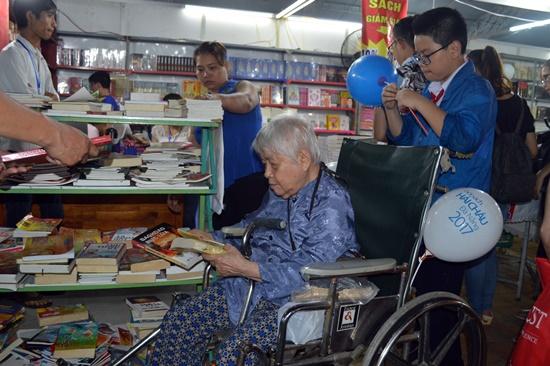 Ngày hội sách thu hút rất nhiều lứa tuổi tham gia mua chọn