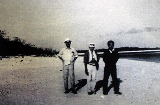 Kỹ sư Đinh Ngọc Châu (bên phải) phụ trách Tổ khí tượng trên đảo  Hoàng Sa những năm 1964-1969. Nguồn: UBND huyện Hoàng Sa.