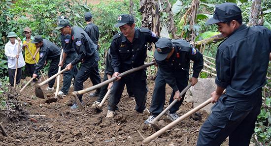 Tuổi trẻ Tiểu đoàn Cảnh sát cơ động số 3 (đóng tại phường Hòa Thuận, TP.Tam Kỳ) giúp nhân dân vùng cao xã Trà Ka (huyện Bắc Trà My) làm đường.