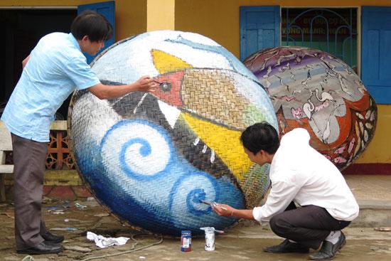 Các họa sĩ tham gia dự án nghệ thuật cộng đồng tại Tam Thanh. Ảnh: SONG ANH