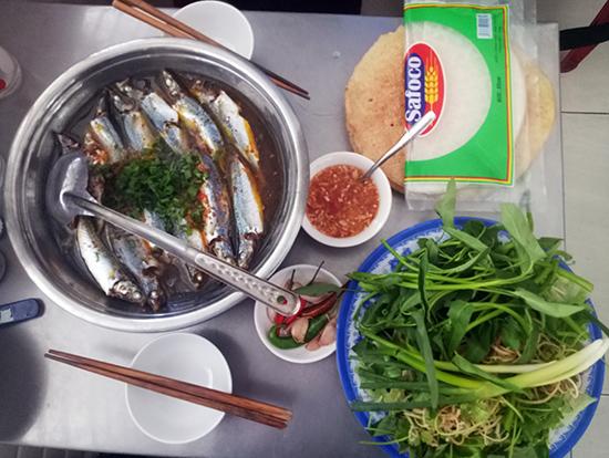 Đậm đà món cá nục cuốn bánh tráng Xuân.