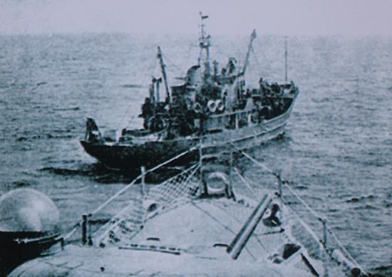 Tàu cá có vũ trang của Trung Quốc khiêu khích chiến hạm của Hải quân  Việt Nam Cộng hòa tại đảo Hữu Nhật (15.1.1974). Nguồn: UBND huyện Hoàng Sa.