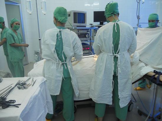 Nghiên cứu khoa học góp phần nâng cao năng lực chuyên môn của thầy thuốc.  Ảnh: C.N