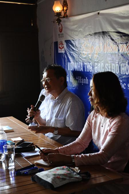 Nhà thơ - bác sĩ Đỗ Hồng Ngọc giao lưu với người yêu thơ tại Hội An. Ảnh MINH HẢI
