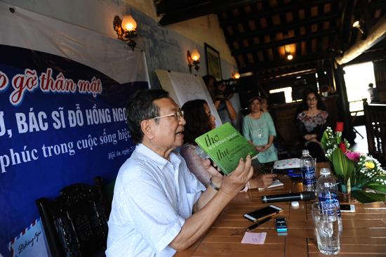 Nhà thơ - bác sĩ Đỗ Hồng Ngọc giới thiệu tập thơ xuất bản 1965 được nhiều nhạc sỹ phổ nhạc.