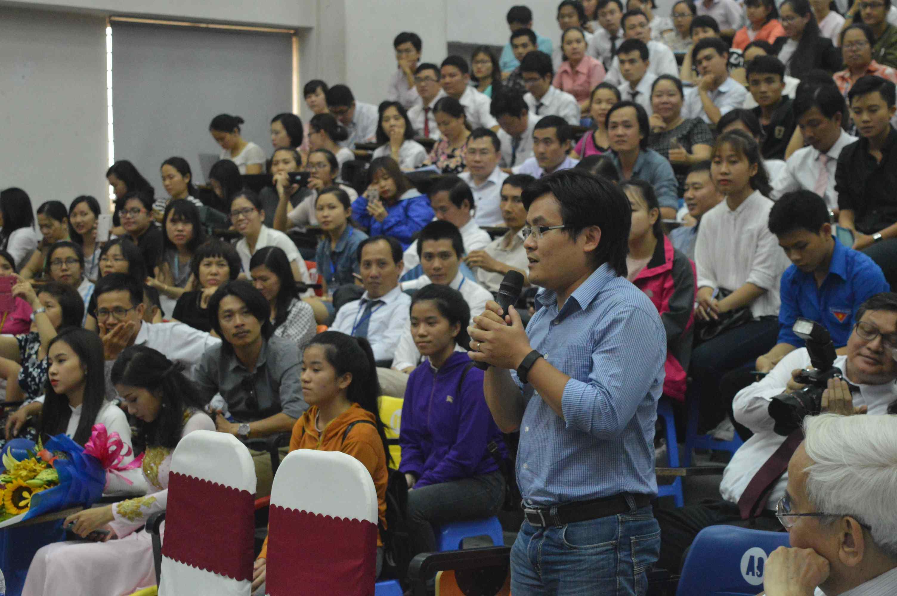Một giảng viên của Đại học Duy Tân đặt câu hỏi trong buổi giao lưu. Ảnh: Q.T