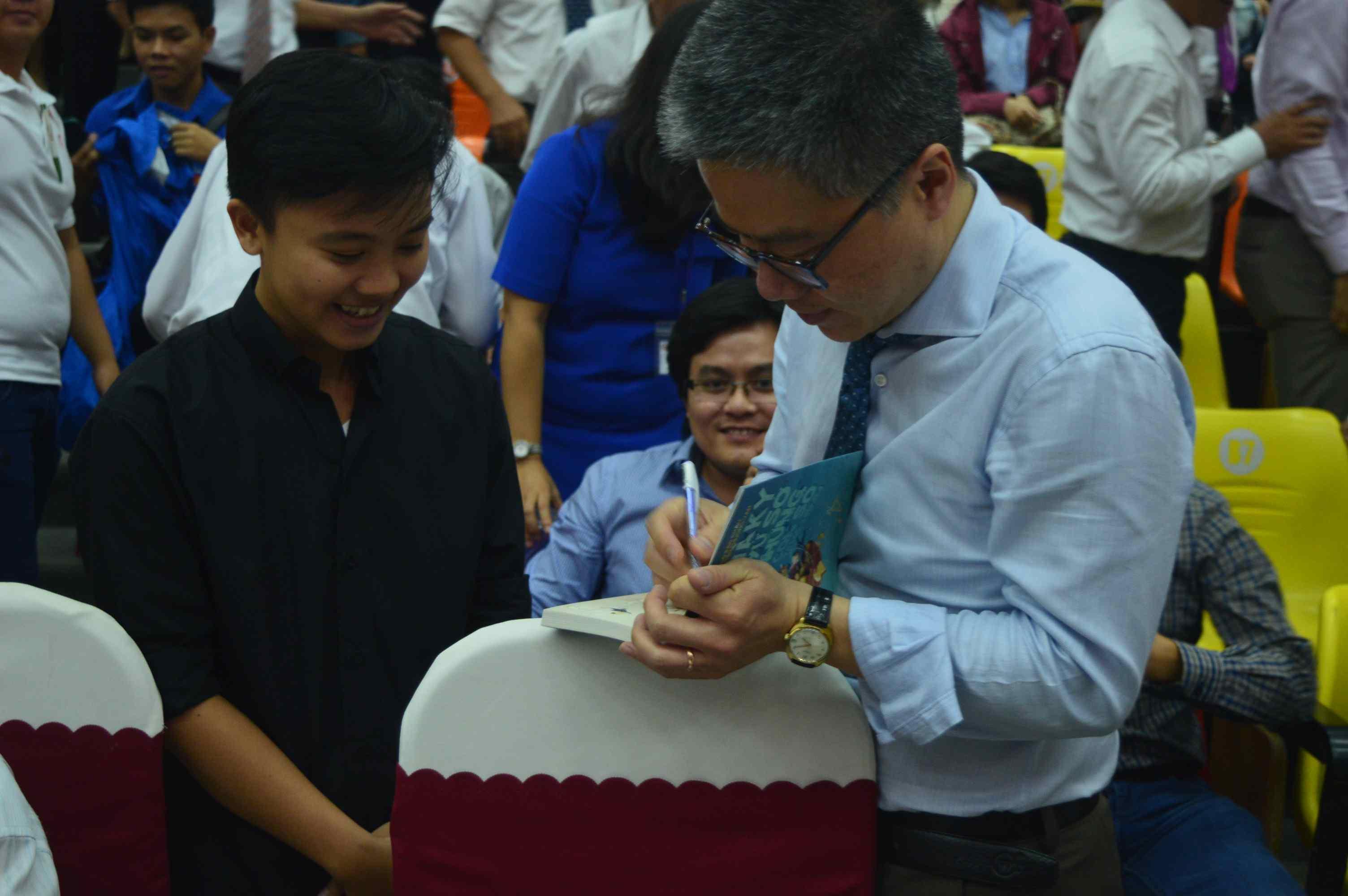GS. Ngô Bảo Châu kí tặng sinh viên vào cuối chương trình. Ảnh: Q.T