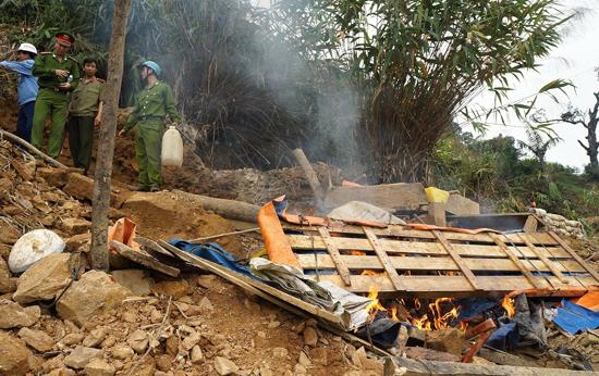 Tình trạng khai thác vàng trái phép tại Bồng Miêu (xã Tam Lãnh) vẫn chưa được giải quyết dứt điểm. Ảnh: C.Đ