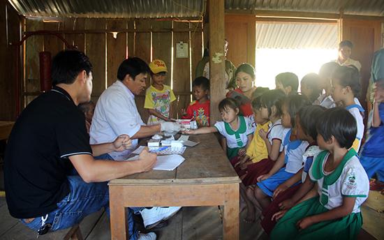 Cơ quan chức năng tổ chức đợt lấy máu xét nghiệm, khám và cấp phát thuốc dự phòng để kiểm tra, kiểm soát tình hình dịch bệnh sốt rét ở miền núi. Ảnh: N.D