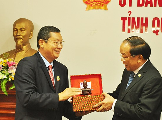 Chairman Thu (right) and Provincial Chief Chan Sophal