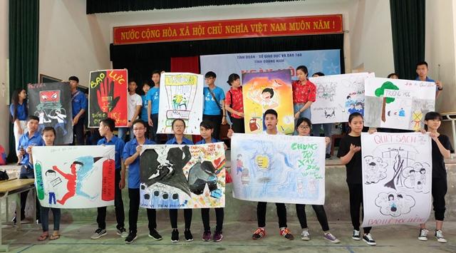 Nhiều thông điệp về phòng chống bạo lực học đường được các các em học sinh đưa ra. Ảnh: M.L