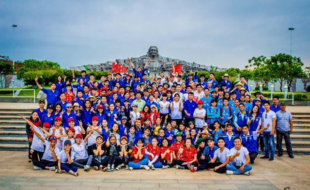 Các em học sinh tham quan Tượng đài Mẹ Việt Nam anh hùng. Ảnh: Thành Đạt