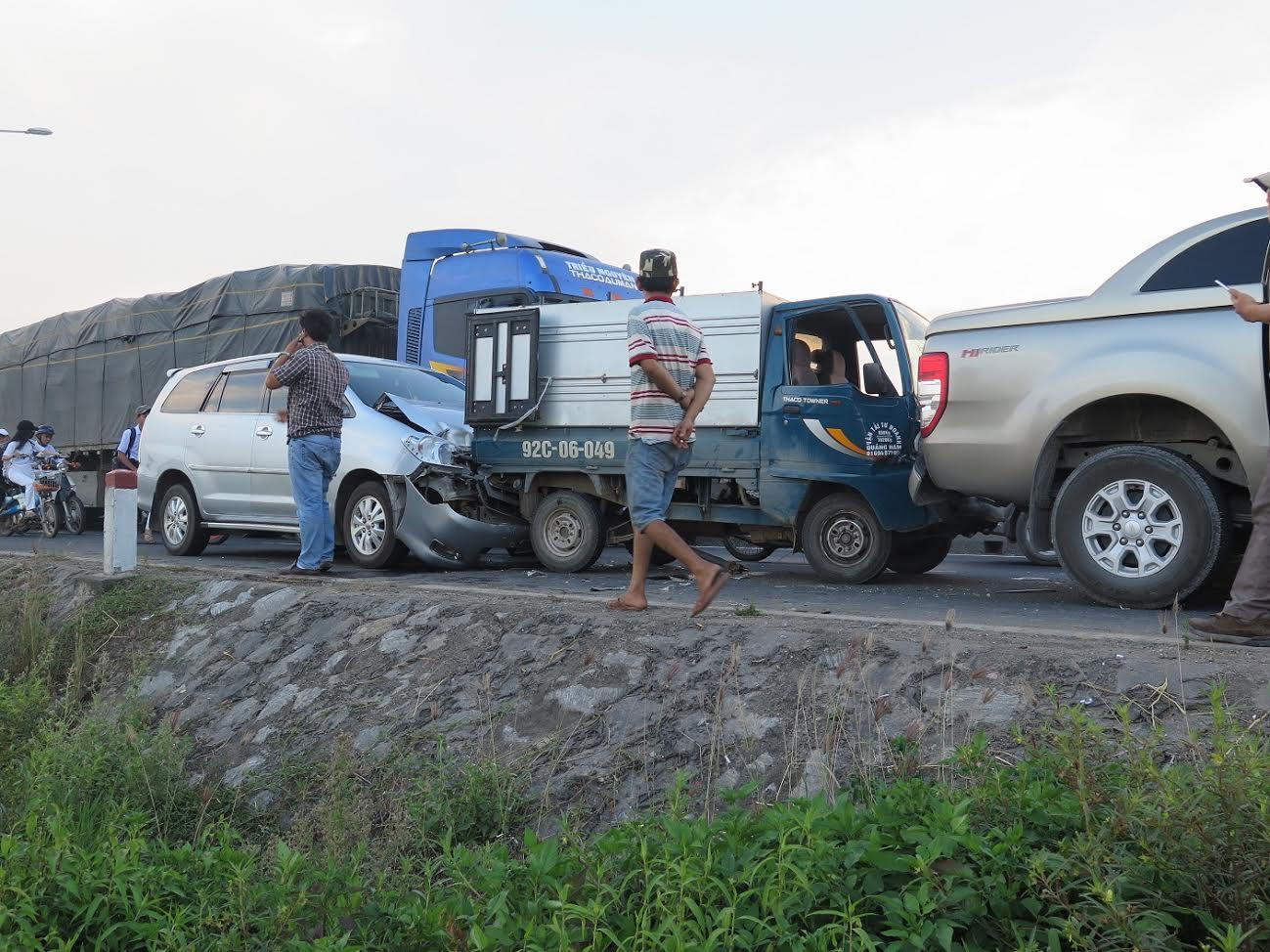 Nhiều ôtô va chạm, hư hỏng sau cú thắng gấp của xe du lịch. Ảnh: PN
