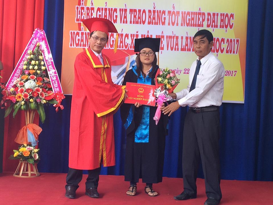 Trao bằng tốt nghiệp cho một sinh viên tiêu biểu. Ảnh: T.M