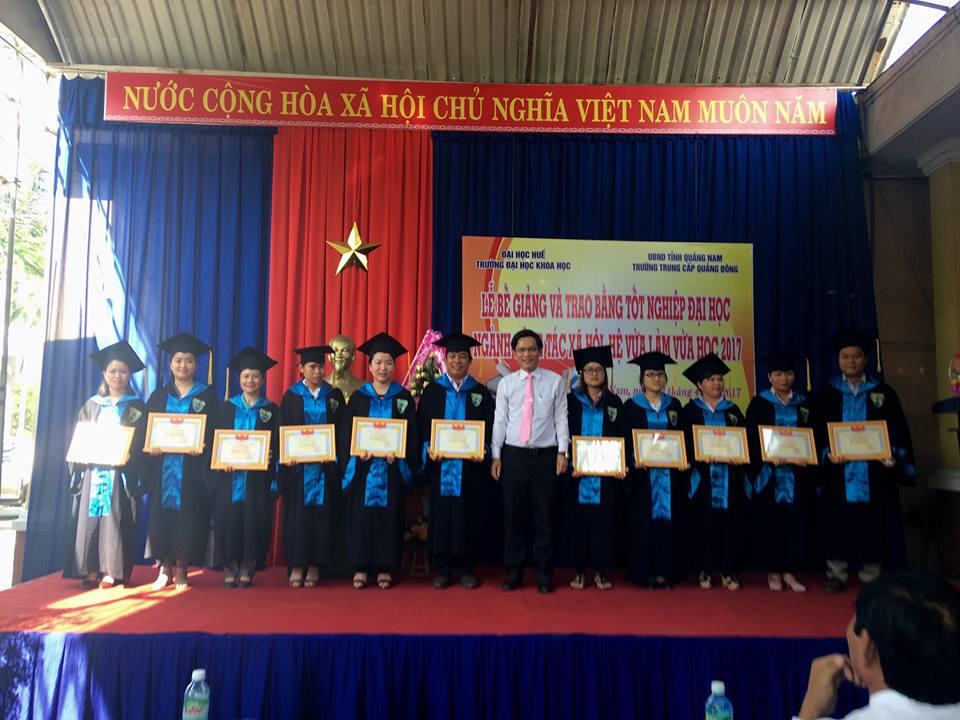 Trao bằng khen cho 11 sinh viên xuất sắc của khóa học kéo dài 4 năm. Ảnh: T.M