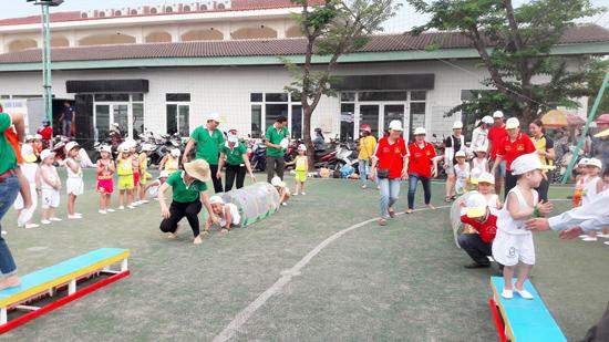 Phụ huynh và học sinh tham gia trò chơi tại chuyên đề phát triển vận động của Trường Mẫu giáo Hoa Mai.Ảnh: T.B