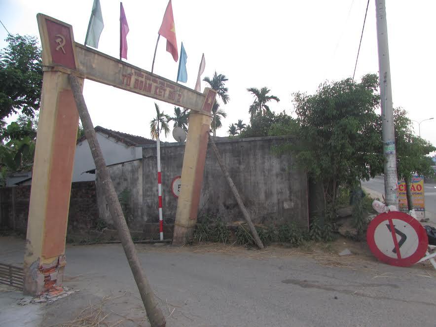 Cổng văn hóa thôn Phú Trung bị xiêu vẹo vì xe tải húc. Ảnh: VĂN PHIN