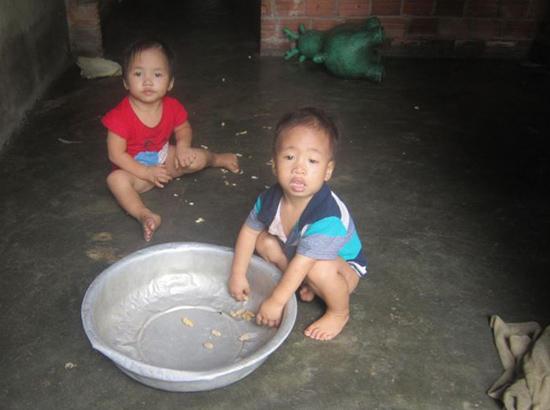 Hai đứa con của anh Tân đều mang trọng bệnh. Ảnh: N.Đ.Q