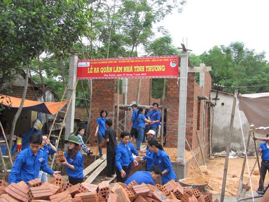 Đoàn viên xã Duy Trung tham gia góp công xây dựng nhà tình thương. Ảnh: NHƯ TRANG