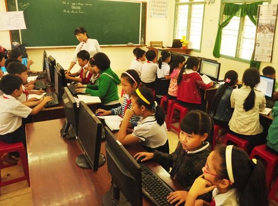 Học sinh Trường Tiểu học Đông Phú trong giờ học tin học. Ảnh: H.GIANG