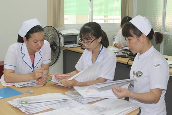 Tổ thẩm định hồ sơ tại Bệnh viện Đa khoa Trung ương Quảng Nam hỗ trợ các khoa - phòng kiểm tra hồ sơ bệnh án. Ảnh: D.L