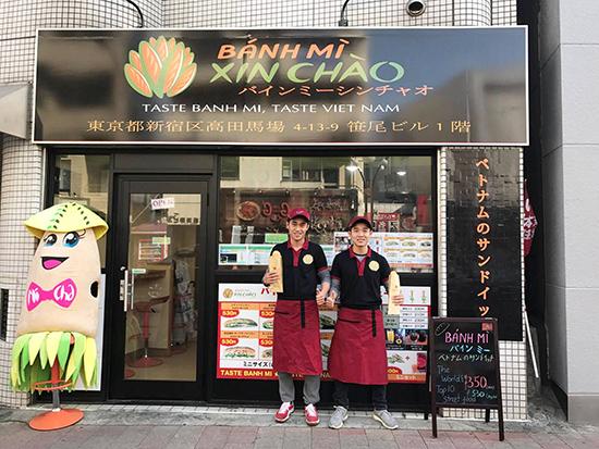 """Bùi Thanh Tâm và Bùi Thanh Duy ở tiệm """"Bánh mì xin chào"""" trên phố Waseda Dori, Tokyo, Nhật Bản. Ảnh: nhân vật cung cấp"""