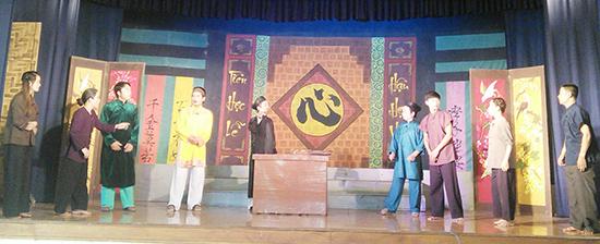 """Một cảnh trong vở """"Quan làng xử kiện"""" do Chi hội Sân khấu Quảng Nam dàn dựng, với 80% diễn viên tham gia là người trẻ."""