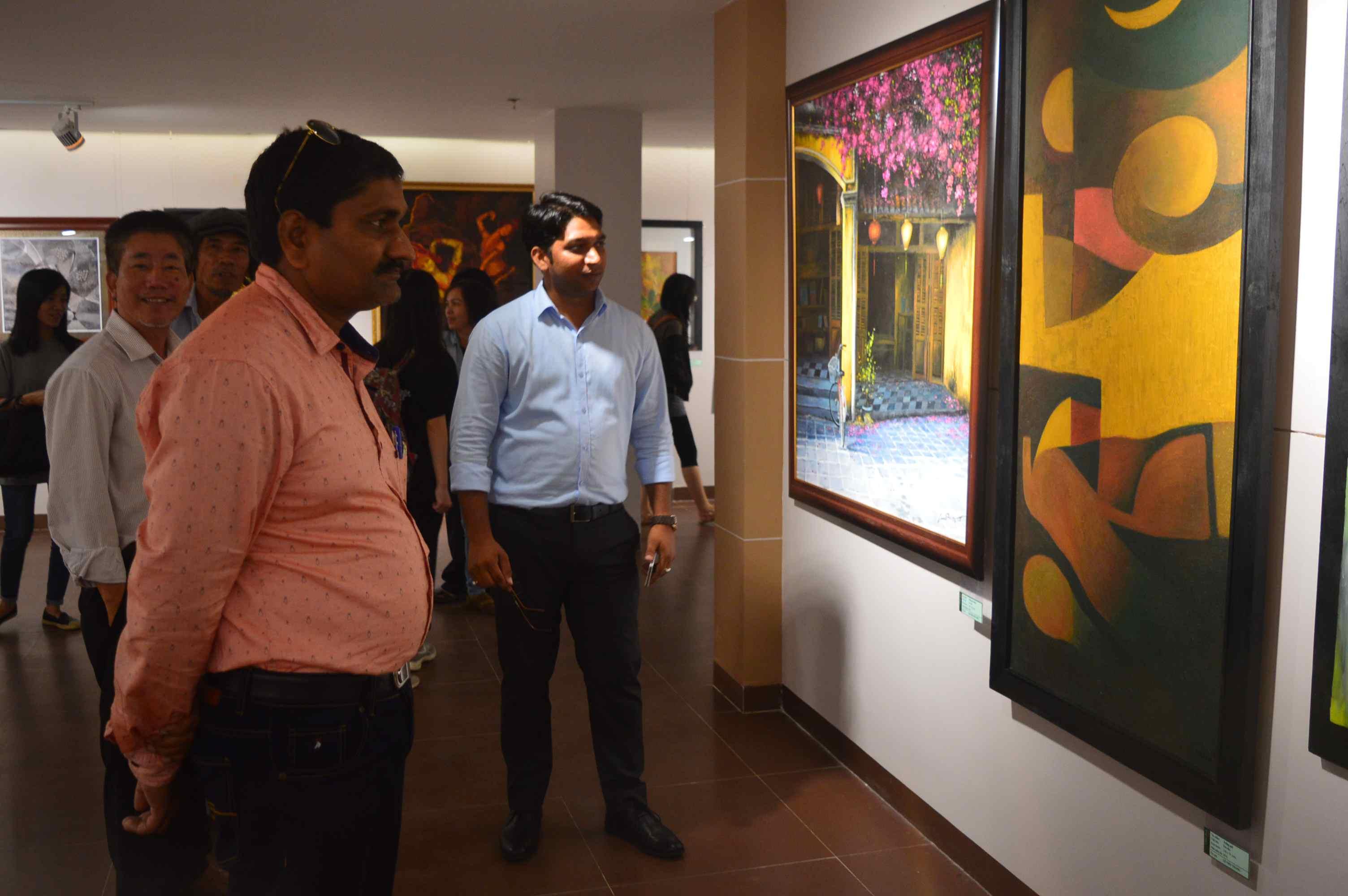 Nhóm chuyên gia Ấn Độ đang làm công tác trùng tu tại khu đền tháp Mỹ Sơn cũng có mặt tham quan tại triển lãm. Ảnh: Q.T