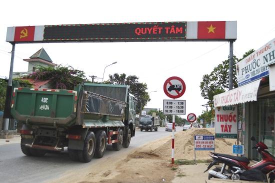 Tại đầu tuyến ngã ba Đại Hiệp, xe tải hơn 3,5 tấn không tuân thủ biển báo cấm. Ảnh: CT
