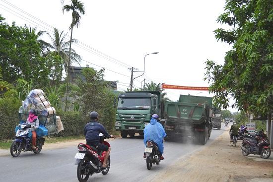 Xe tải nặng đi hết phần đường dành cho xe máy và xe thô sơ. Ảnh: CT
