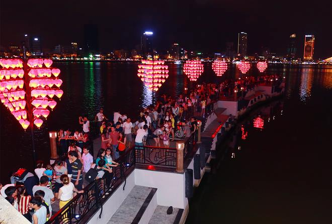 Cầu tình yêu (Đà Nẵng) là một trong những địa điểm hấp dẫn khách du lịch. Ảnh: Q.T