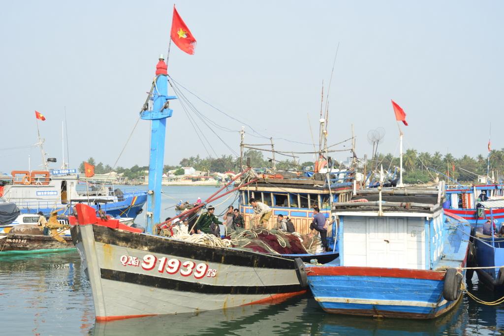 Tàu cá QNa-91939 của ông Thái tại cảng Kỳ Hà (xã Tam Quang) hôm 8.3.2016 sau khi bị tàu Hải cảnh Trung Quốc cướp phá. Ảnh: XUÂN THỌ