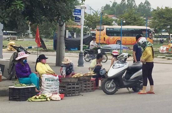 Bán nông sản tại thị trấn Ái Nghĩa (Đại Lộc). Ảnh: CHÂU NỮ