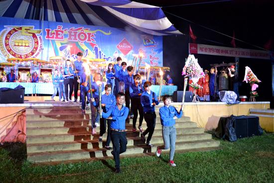 Tuổi trẻ Điện Quang đem ngọn lửa thiêng từ trung tâm lễ hội Thanh minh 2017 về thắp sáng nghĩa trang liệt sĩ xã nhà.Ảnh: H.C