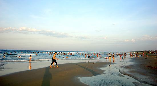 Thời tiết nắng nóng cũng khiến khá đông người tìm đến các bãi biển xứ Quảng dịp lễ 30.4.Ảnh: PHƯƠNG THẢO