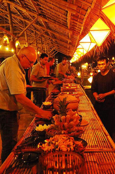 """Du khách đến với """"Phiên chợ xưa xứ Quảng"""" tổ chức tại Hội An. Ảnh: MINH HẢI"""