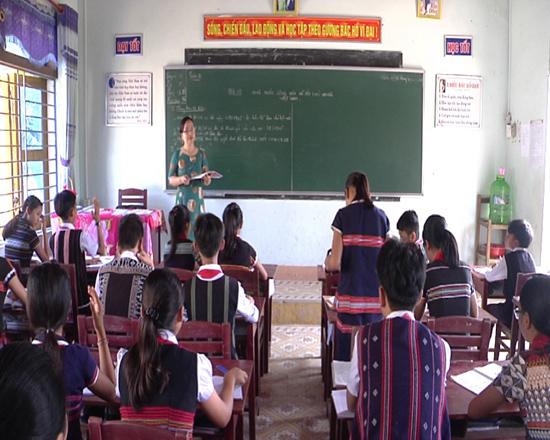 Học sinh Trường PTDTNT THCS Nam Giang trong giờ học giáo dục giới tính ngoại khóa. Ảnh: T.B