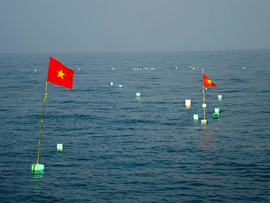 Cờ Tổ quốc được gắn vào phao lưới thả trên vùng biển Hoàng Sa.