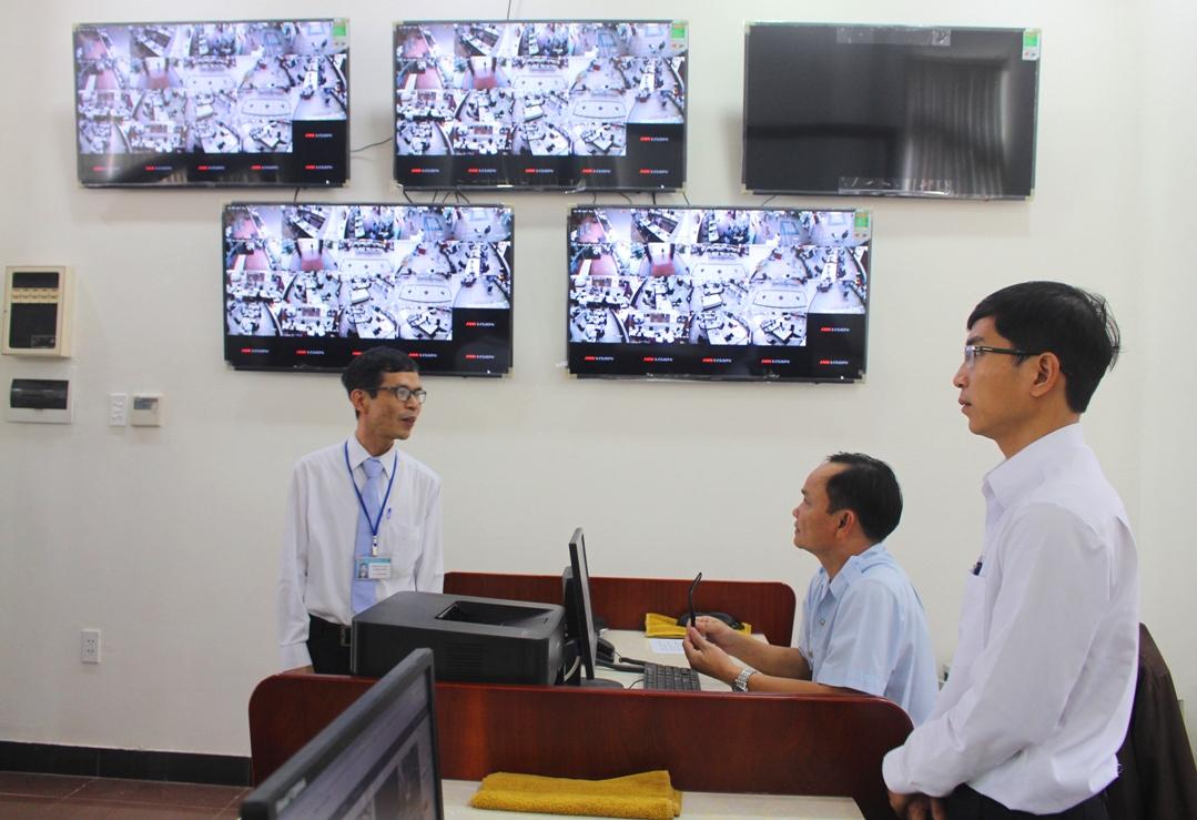 Giám sát hoạt động của Trung tâm Hành chính công và xúc tiến đầu tư tỉnh thông qua hệ thống camera. Ảnh: V.HÀO
