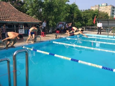Các vận động viên nam tranh tài ở một nội dung bơi ngay sau lễ khai mạc. Ảnh: T.M