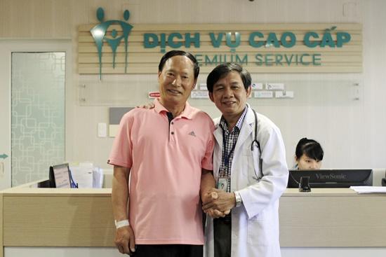 Bệnh nhân Choi H.S (áo thun bên trái) hoàn toàn khỏe mạnh sao 20 giờ nhập viện cấp cứu