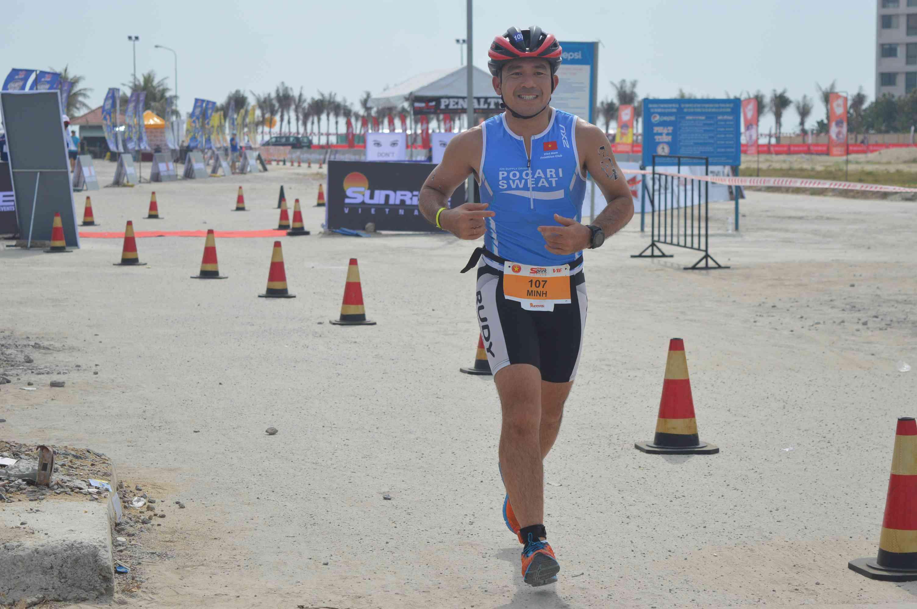 Một VĐV Việt Nam đang tham gia phần thi chạy bộ. Ảnh: Q.T