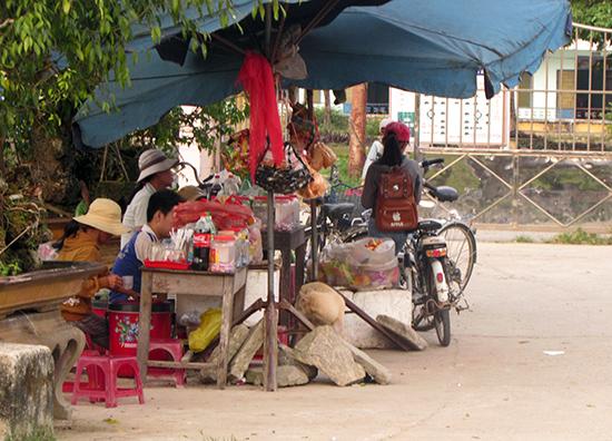 Hàng quán được bày bán trước cổng trường. Ảnh: VĂN PHIN