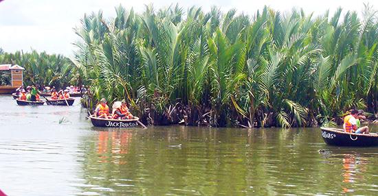Dịch vụ bơi thuyền thúng ở Cẩm Thanh được du khách ưa thích. Ảnh: KHÁNH LINH